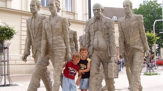 Sousoší  vytvořené Michalem Trpákem  odcestovalo na Ruzyň.