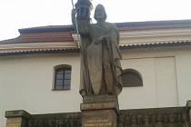 Sousoší s blanickými rytíři od sochaře Čeňka Vosmíka stojí u kostela sv. Václava ve Voticích na Benešovsku.