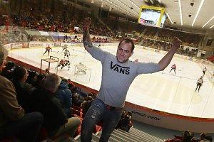 Stanislav Drtina (na snímku) hraje fotbal a fandí hokejistům budějovického ČEZ Motoru. Jeho zápas sem tam ozvláštní nějakým tanečním vystoupením.