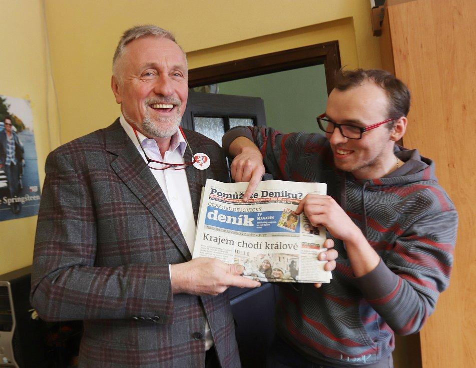 Prezidentský kandidát Mirek Topolánek pomáhá redakci Českobudějovického deníku s distribucí novin.