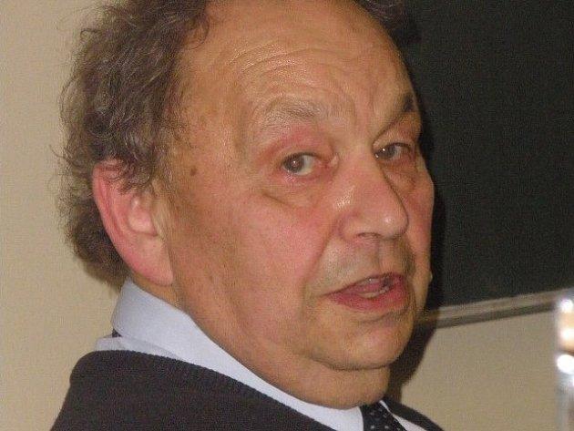 Pediatr a bývalý děkan Miloš Velemínský.