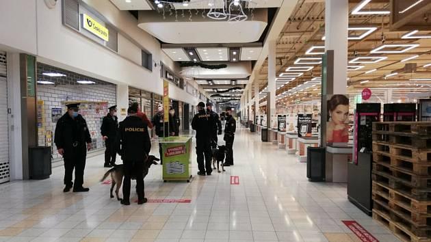 Českobudějovičtí policisté museli evakuovat přes 500 lidí z obchodního centra v Českém Vrbném kvůli oznámení o uložené bombě.