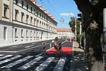 Nový semafor, červeně natřený asfalt nebo čtyři jízdní pruhy, to jsou změny, které čekají na veřejnost v Husově třídě na křižovatce s ulicí Jaroslava Haška.