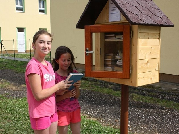 Knihobudka u základní školy v Chrášťanech.