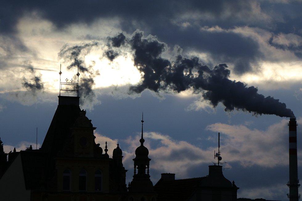 Divoký východ slunce nad Českými Budějovicemi v sobotu ráno.