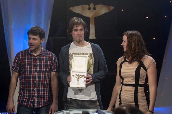 Skupina Epydemye získala 23.března žánrovou Cenu Anděl za CD Kotlina. Beatfolková kapela ji převzala vLucerna Music Baru, na desku natočila 11písní očeských hrdinech izrádcích 20.století. Zleva Jan Přeslička, Mirek Vlasák a Lucie Vlasáková.