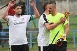 Havelec a Sobolík. SK Čtyři Dvory (v bílém) porazil v I.A fotbalisty Ledenic 5:1.
