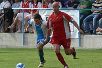 Olešník dnes hraje ve Zlivi. Před sezonou se potkal na Energie cupu s Týnem: na snímku je Jiří Hanousek (vlevo) v souboji se Zdeňkem Hrdinou.