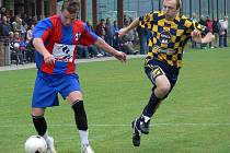 Borovanský Pavel Kocar centruje v domácím derby s Ledenicemi, stíhá ho Karel Havelka. Borovany vyhrály 3:1 a jako nováček vedou skupinu!
