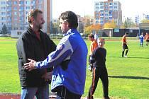 Mládskému kouči Karlu Tondrovi (vlevo) nezbylo  než po nedělním utkání ve Čtyřech Dvorech pogratulovat domácímu Karlu Lískovcovi k vítězství. Mladé podlehlo 1:2.