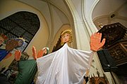 Na Hluboké žijí samí andělé. Alespoň tak to vypadalo v sobotu v podvečer. V průvodu do kostela vyrazily tři stovky andílků s lucerničkami v doprovodu svých rodičů.