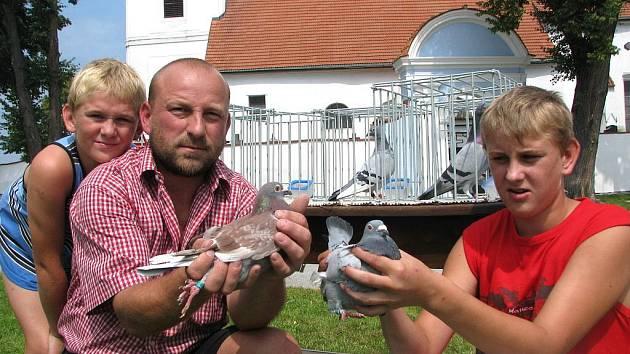 Poštovní holubi dokáží uletět bez přestávky stovky kilometrů. Šampioni Milan Predigera už mají na svých kontech dohromady soutěžních kilometrů tisíce. Na snímku jsme zachytili Milana Predigera (uprostřed) a jeho syny při exhibici v Pištíně.
