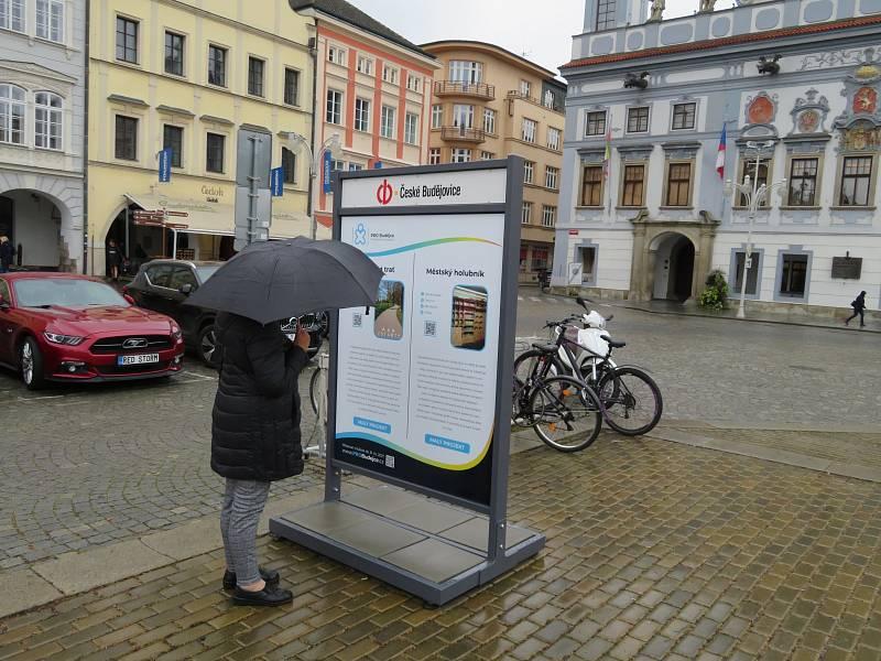 Výstava malých a velkých projektů na náměstí Přemysla Otakara II., pro které mohou občané hlasovat v rámci participativního rozpočtu do konce října.