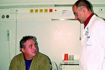 Karel Imrich podstoupí výměnu aortální chlopně.  Spolu s přednostou kardiochirurgického oddělení MUDr. Alešem Mokráčkem diskutovali o nejvhodnější náhradě.