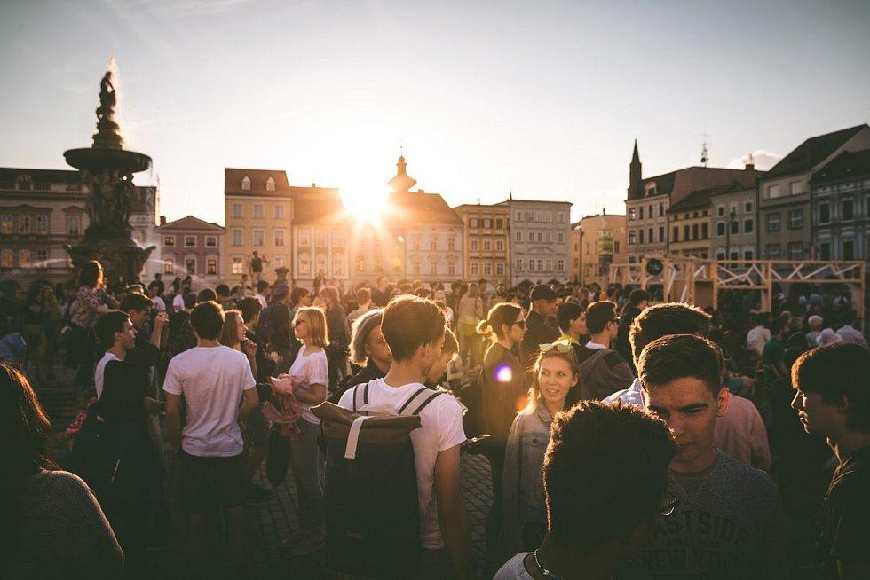 Slavnostně začal Budějovický Majáles na náměstí Přemysla Otakara II. v neděli. Na náměstí postavili studenti spolu s CNC studiem informační a odpočinkovou zónu, středobod neziskového festivalu, který se letos koná už popatnácté.