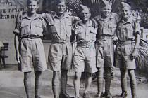 Milan Malý (druhý zprava) za války na Středním východě.