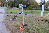 Zničené signalizační zařízení na železničním přejezdu v Boršově.