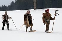 Zhruba deset let jezdí parta nadšenců, kteří vyznávají indiánský způsob života, tábořit i v zimě. Tentokráte do Novohradských hor.