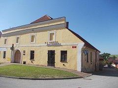 Lišovská sokolovna vznikla ve starém pivovaru. Dnes se v komplexu budov nachází nejen tělocvična, ale i klubovny oddílů nebo restaurace.