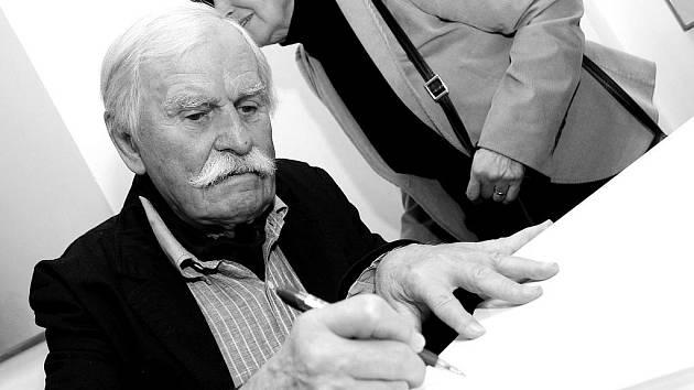 Dlouhá fronta na autogramy stála v táborské Galerii U Radnice při vernisáži výstavy Adolfa Borna (na snímku, v pozadí manželka Ema). VTáboře představuje přes 70 prací, jak starší, tak i nejnovější. Expozice rodáka z Českých Velenic potrvá do 18. břrezna.