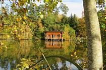 Nedaleko Višňové lze v zastrčené lokalitě u lesa a rybníčku daleko od městského ruchu najít jedinečné dřevěné stavby. Ubytování v plovoucím srubu, či stromovém domě lze spojit i s rybařením.
