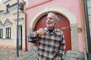 Malíř a scénograf Tomáš Paul, který žil poslední léta v Třeboni, zemřel 6. května 2015. Bylo mu 68 let. Na snímku z roku 2013 před svým třeboňským domovem.