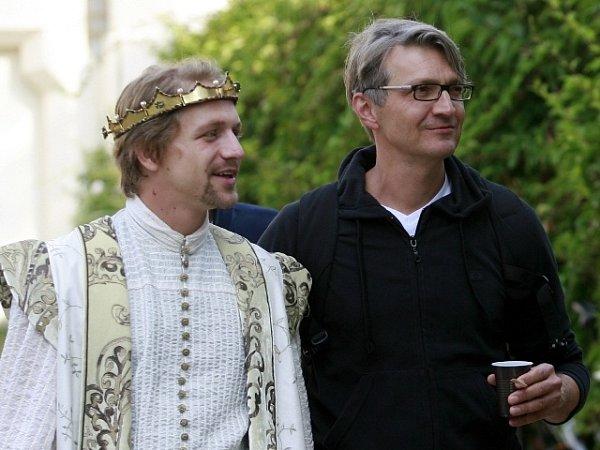 Srpen. Režisér Jan Svěrák natáčel na Hluboké, na snímku sTomášem Klusem.