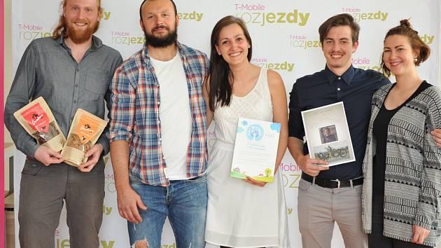 Středeční jihočeské kolo soutěže podnikatelských záměrů T-Mobile Rozjezdy ovládla Alena Kučerová (na snímku uprostřed) s manželem (druhý zleva). Vlevo je Stanislav Tischler, který obsadil 2. místo a třetí místo vybojoval Richard Stiebler.