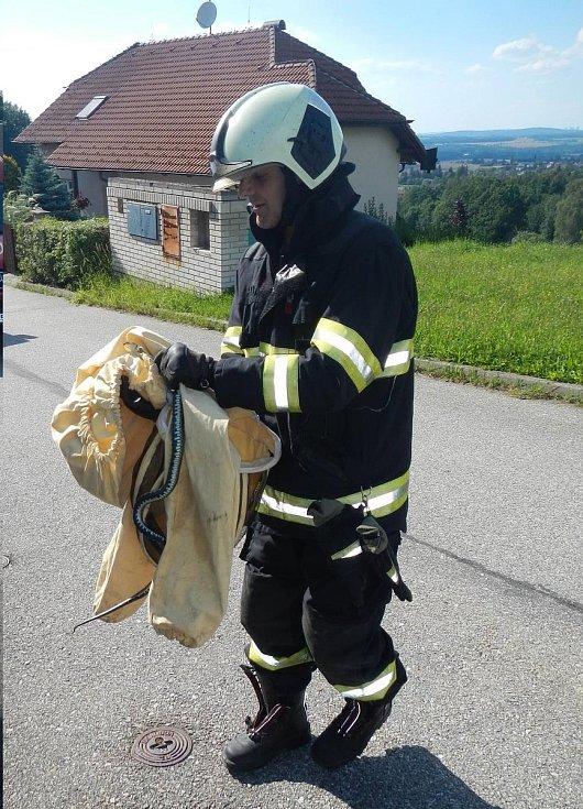 Užovku obojkovou vyhřívající se v Hlincově Hoře v ulici Kodetka Severní odchytli 22. července profesionální hasiči ze stanice Suché Vrbné.