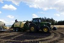 Třicet hektarů pole lehlo minulé úterý popelem u Urbanče na Jindřichohradecku. Hasiči vyhlásili druhý stupeň poplachu, na místě zasahovalo 12 cisteren. Předběžná škoda je 100 tisíc korun.
