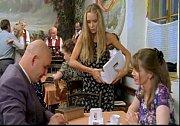 Pavel Nečas se objevil v Koženém slunci i později v Okresním přeboru. Tombolu na plese mu prodává Lucie Vondráčková.