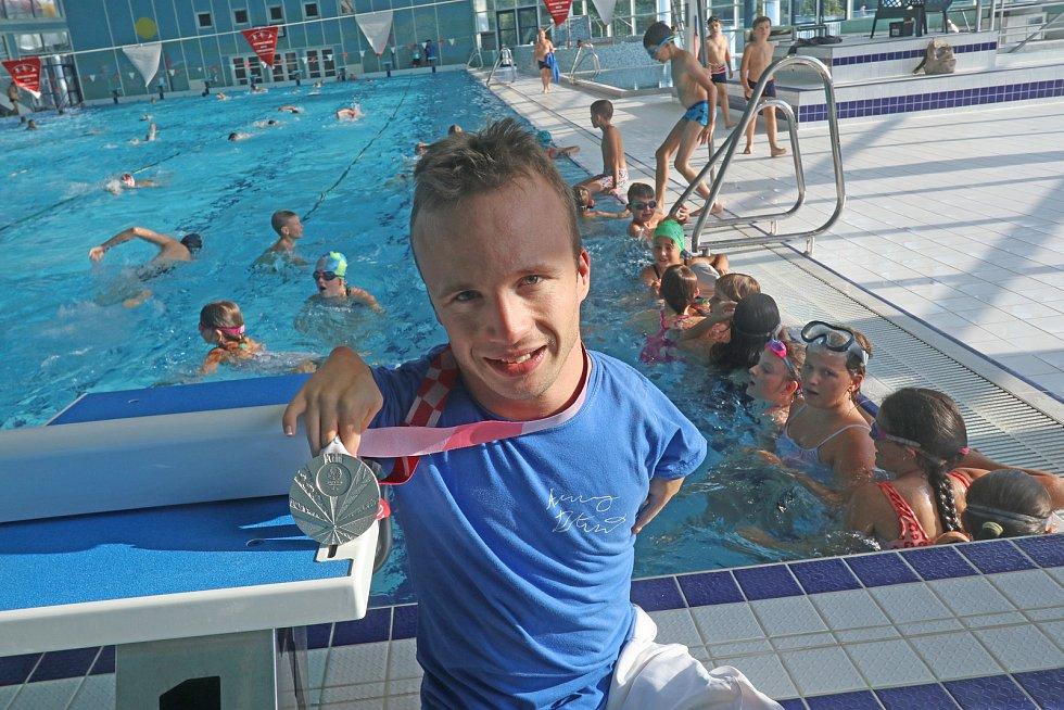 Arnošt Petráček, bronzový medailista z paralympijských her, navštívil českobudějovickou plovárnu.