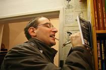 Zbyněk Holub  na autogramiádě jedné ze svých knih.