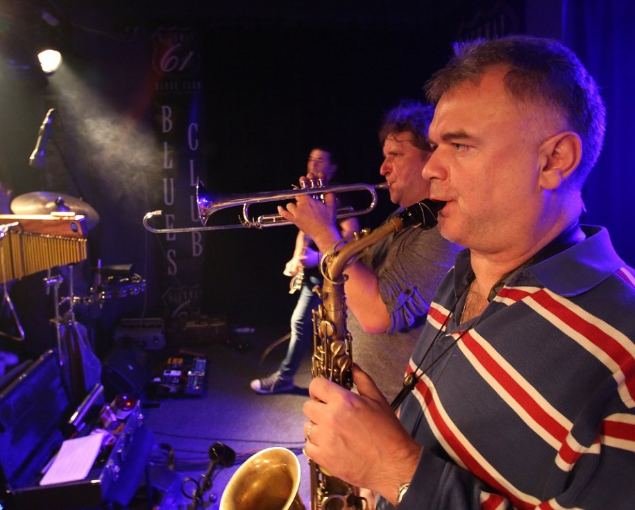 Známý českobudějovický klub Highway 61 má za sebou poslední koncert pod touto značkou. Na rozloučenou tam zahrál 16. ledna 2015 rocker Roman Dragoun s kapelou His Angels. Na snímku saxofonista Radek Kašpar.
