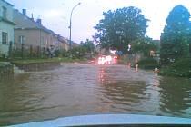 Příval vody v Dubném zcela zakryl i některé komunikace.