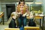 Zuzka představuje setry Fischerovy.  Ty na dálku pohledem častují nově příchozí Vendulu. Když vychovatelka Vendulu později uvede na pokoj, řekne: Támhle bývají holky Lechovic, dvojčata.