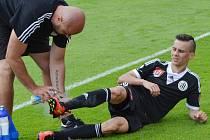 Jakub Pešek byl v závěru zápasu se Spartou zraněn.
