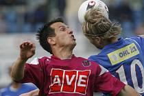 Martin Vozábal ve vzduchu bojuje o míč s brněnským Patrikem Sieglem.