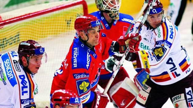 Roman Turek si v neděli proti Spartě pořádně zachytal. Na snímku brání jeho klec před dotěrnými sparťany Petr Gřegořek.  Pražané vyhráli 4:0.
