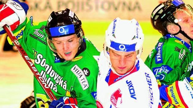 Tomáš Vak (vpravo) bojuje s karlovarským Zdeňkem Bahenským. Hokejisté HC Mountfield přivezli ze zápasu hodně cenné tři body.