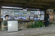 Nástěnka ukazovala fotografie z akcí v Holašovickém Stonehenge. Po nájezdu vandalů tu nezbyl ani jeden snímek.