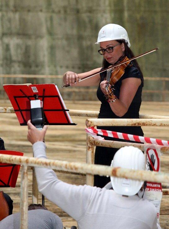 Kvarteto Jihočeské filharmonie zahrálo 20. června v chladicí věži Jaderné elektrárny Temelín. Zazněly skladby Mozarta, Debussyho a Dvořáka. Na snímku violistka Eva Mrkvicová.