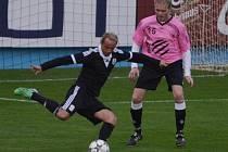 Precisliga fotbalistů nad 35 let skončila (na snímku z finálové odvety Dynamo - Hluboká 17:1 uniká Rudolf Otepka hlubockému Kovaříkovi), mistrovské soutěže ale o víkendu v kraji pokračují.