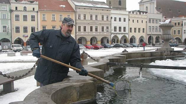 Zatím loví Roman Švadlena z kašny jen led, na ryby čeká.