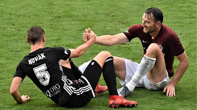 Fotbalisté Dynama v minulém zápase na domácím hřišti hráli se Spartou nerozhodně 2:2 (na snímku Pavel Novák v souboji s Liborem Kozákem), jak to bude na jihu Čech v neděli?