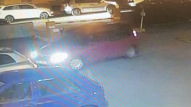 Vozidlo na snímku projíždělo pravděpodobně kolem loupežného přepadení v Chelčického ulici v Českých Budějovicích 20. 2. 2019 zhruba ve 20.30 hodin. Policisté žádají svědky přepadení o spolupráci.