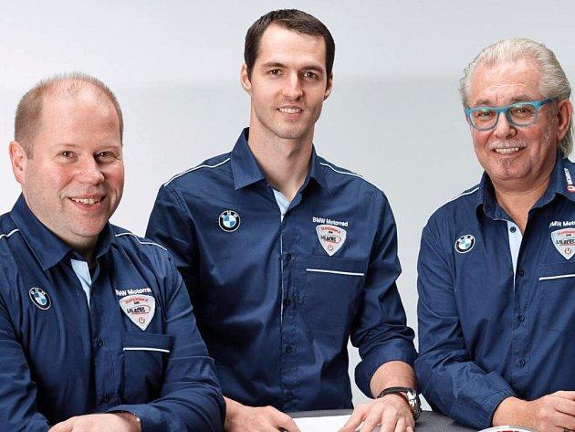 Matěj Smrž (uprostřed) s majitelem týmu Benny Wilbersem (vpravo) a šéfmechanikem Stemberem Burkhardem.