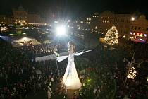 Jedním z vrcholů Budějovického adventu je 5. prosince přílet anděla, který doprovází i show s obří loutkou anděla, kterou vodí Divadlo Kvelb.