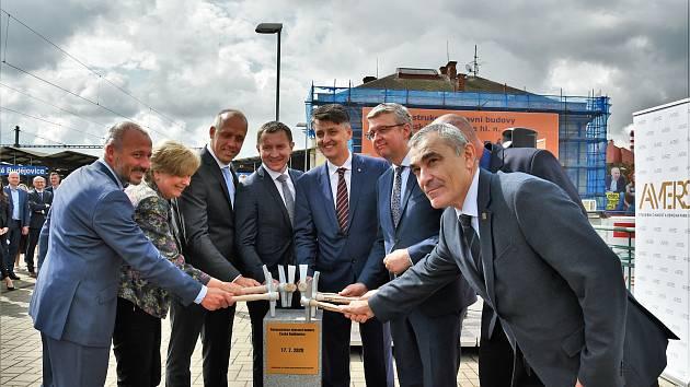 V krajském městě byla v pátek slavnostně zahájena rekonstrukce výpravní budovy.