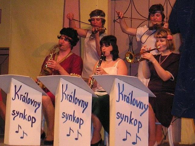 Někdo to rád horké. V komedii si mimo jiné zahráli Jan Kalena, Lenka Kříhová, Monika Hanzalová, Ivana Hošková a Jana Sojková.